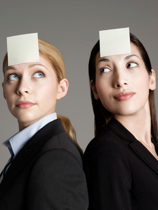 Portrait of two female office workers with sticky notes onの写真素材 [FYI03637420]