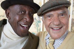 Senior adult men smiling  head and shouldersの写真素材 [FYI03637441]