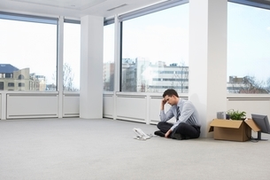 Businessman in Empty Office Spaceの写真素材 [FYI03637526]
