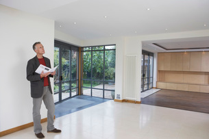 Real estate agent observing new propertyの写真素材 [FYI03637617]