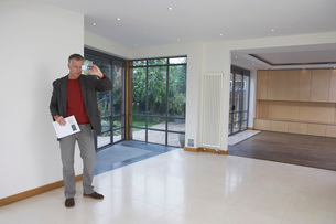 Real estate agent photographing new propertyの写真素材 [FYI03637619]