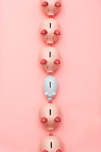 Row of pink piggy banks with one white  view from aboveの写真素材 [FYI03637643]