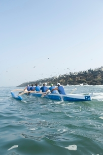 Outrigger canoeing team in trainingの写真素材 [FYI03637654]