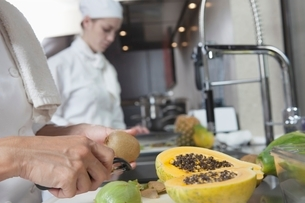 Chef peeling tropical fruitの写真素材 [FYI03637814]