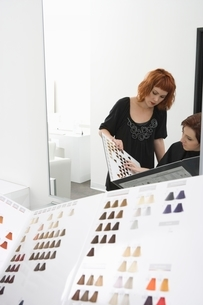 Colourist and client look at chartsの写真素材 [FYI03637844]