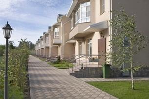 Footpath in new housing developmentの写真素材 [FYI03637866]