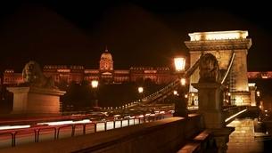 Night cityscape of the Chain bridge across the river Danubの写真素材 [FYI03637872]