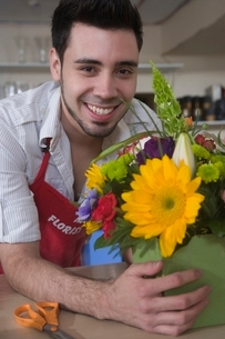 Florist stands with sunflower arrangementの写真素材 [FYI03637931]