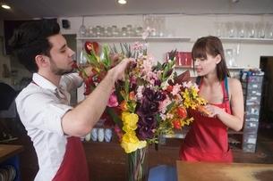 Floriste work on flower arrangementの写真素材 [FYI03637938]