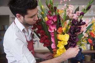 Florist works on flower arrangementの写真素材 [FYI03637939]