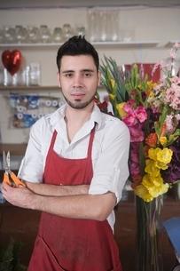 Florist stands with flower arrangementの写真素材 [FYI03637940]