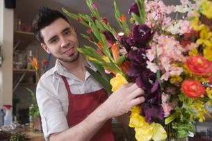 Florist works on flower arrangementの写真素材 [FYI03637943]