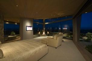 Bedroom interior with large windowsの写真素材 [FYI03638035]