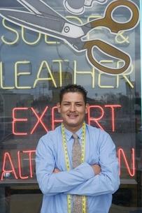 Man standing infront of laundrette shop windowの写真素材 [FYI03638115]