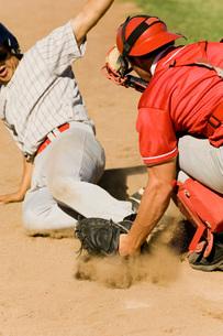Baseball players at home base (close-up)の写真素材 [FYI03638255]
