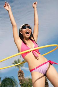 Young woman in bikini with hoopの写真素材 [FYI03638290]