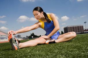 Female athlete stretchingの写真素材 [FYI03638314]