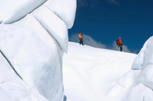 Mountain climbers walking past ice formationの写真素材 [FYI03638357]