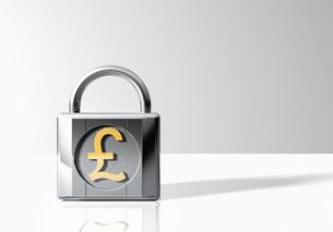Padlock with British pound symbolの写真素材 [FYI03638406]