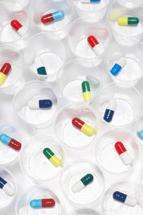 Capsule pills in plastic cupsの写真素材 [FYI03638440]