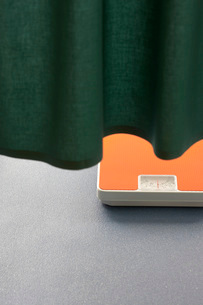 Weighing scales under curtain in hospitalの写真素材 [FYI03638474]