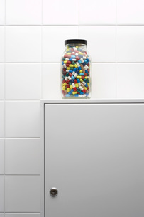 Jar of pills on bathroom cabinetの写真素材 [FYI03638492]