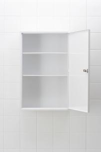 Empty bathroom cabinetの写真素材 [FYI03638494]