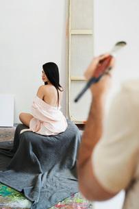 Woman model posing for artist in studio back viewの写真素材 [FYI03638513]