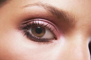 Young woman's eye with eye shadowの写真素材 [FYI03638582]
