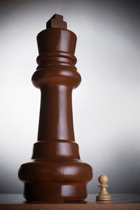 Two chess pieces large king and small pawnの写真素材 [FYI03638588]