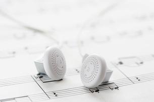 White headphones on sheet musicの写真素材 [FYI03638602]