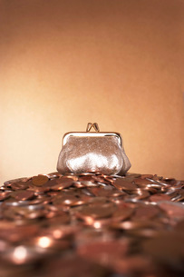 Bronze purse on heap of copper coinsの写真素材 [FYI03638614]
