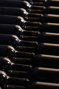 Wine bottles lying down in orderの写真素材 [FYI03638670]