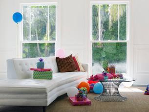 Presents and balloons in empty living roomの写真素材 [FYI03638707]
