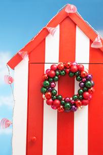 Beach storage cabin with christmas decoration on doorの写真素材 [FYI03638740]