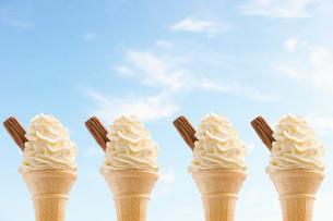 Row of four icecreams against skyの写真素材 [FYI03638746]