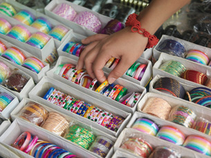 Young woman looking at different bracelettes on display closの写真素材 [FYI03638787]