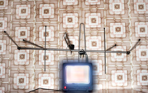 Old fashioned tv set with antenna wallpaper with patternの写真素材 [FYI03638859]