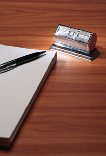 Notepad pen and old fashioned calendar in deskの写真素材 [FYI03638874]