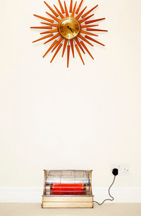 Old fashioned wall clock and heaterの写真素材 [FYI03638889]