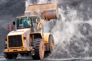 Front loader dumping mineral material on heapの写真素材 [FYI03638904]