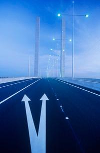 Road markings on freeway bridge Melbourne Australiaの写真素材 [FYI03639059]
