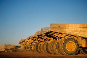 Ore hauling trucks in row Telfer Western Australiaの写真素材 [FYI03639061]