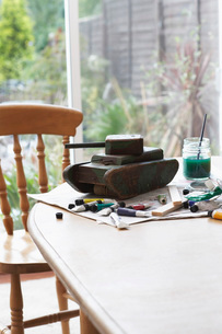 Tank model and painting equipment on table close-upの写真素材 [FYI03639068]