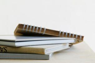 Pile of note books close up studio shotの写真素材 [FYI03639115]