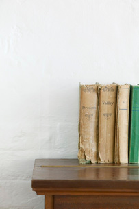 Old books on wooden chestの写真素材 [FYI03639125]