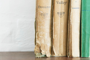Stack of old books on wooden chest close upの写真素材 [FYI03639128]