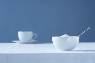 Bowl of sugar on table tea cup in backgroundの写真素材 [FYI03639141]