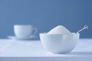 Bowl of sugar on table tea cup in backgroundの写真素材 [FYI03639142]
