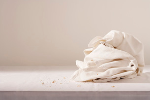 Dish cloth and crumbs on tableの写真素材 [FYI03639148]